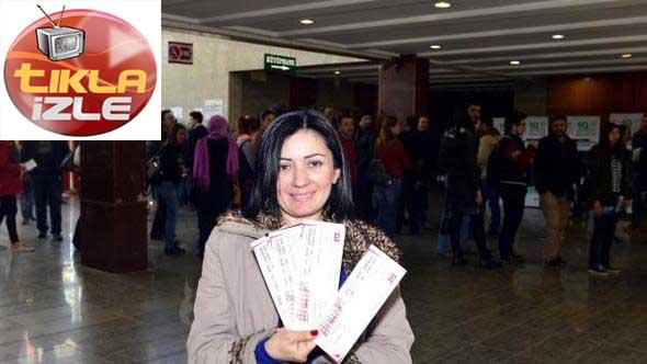 Sanatsever Adana, Tiyatro Bileti Kuyruğunda