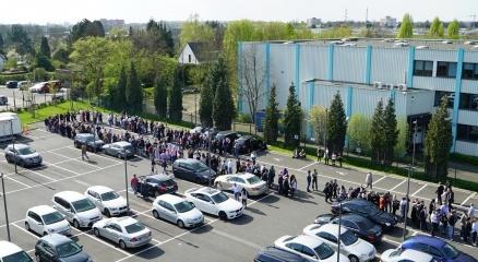Almanya'da referandum için oylarını kullanan vatandaşlarımız uzun kuyruklar oluşturdular