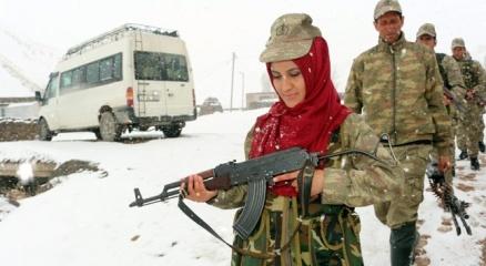 Şehit babasının bıraktığı silahı, koruculuk görevine başlayan kızı yemin ederek devraldı