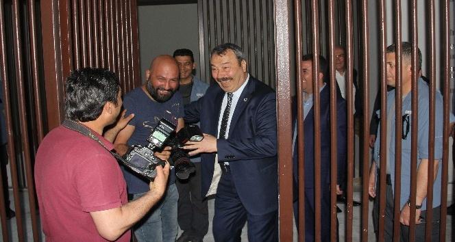 Emniyet müdürü gazetecileri nezarete attı