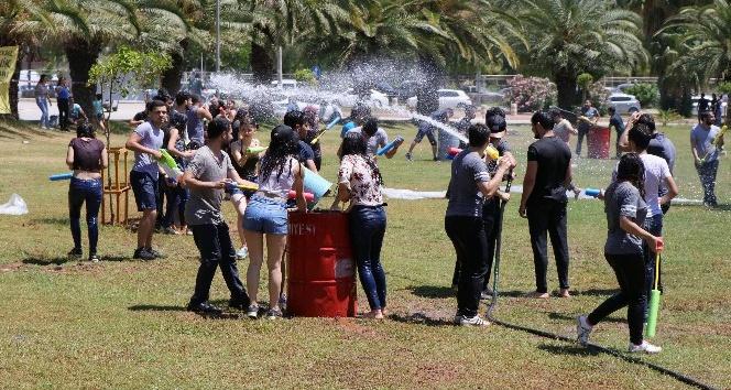 Öğrenciler su savaşıyla stres attı