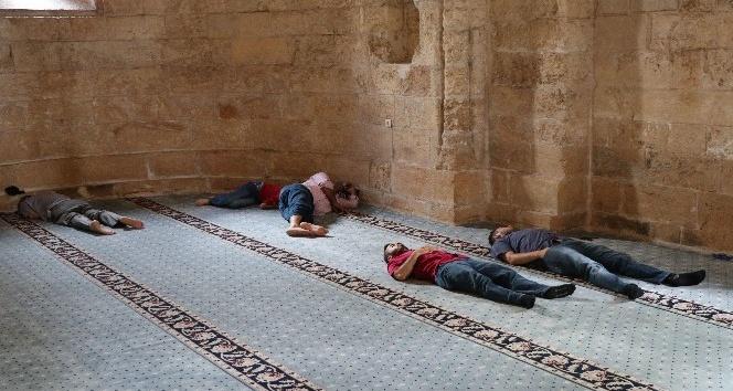 Sıcak havada camilerde yatıp dinleniyorlar