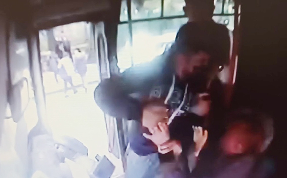 Adana'da iki genç, ücreti isteyen şoförü darp etti