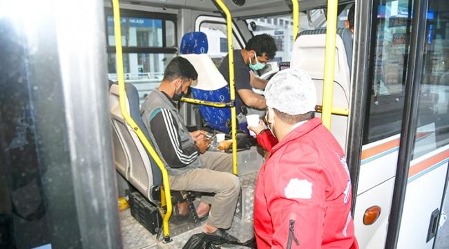 Büyükşehir iftar sofrasına oturamayanlar için sıcak çorba dağıtıyor