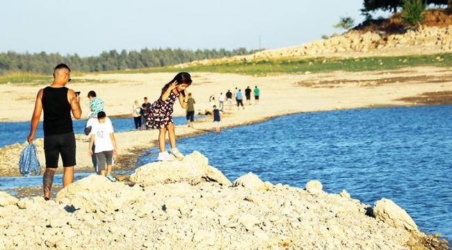Barajın suları çekildi, adaya yürüyerek gittiler